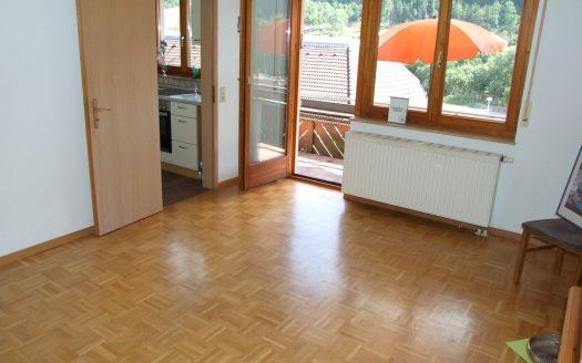 2-Zimmer Eigentumswohnung mit Panorama-Südbalkon in Lenzkirch Mitte. Eine schöne Wohnung mit Parkettboden und moderner Einbauküche. Teilmöbliert. Ideal als Ferienwohnung. Festwohnsitz möglich. 24 Treppenstufen EG.