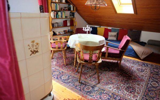 Einfache Dachgeschosswohnung mit 2-Zimmern, aber mit 6 Betten. Gemütlich mit Kachelofen in Feldberg-Neuglashütten. Hüttencharakter mit Holzdielenboden. Ideale Ferienwohnung.