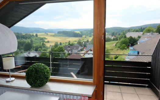 3,5 Zimmer Panorama-Dachgeschosswohnung in Lenzkirch mit Feldbergblick. Über 80m² Wohnfläche. Mit Schwimmbad.