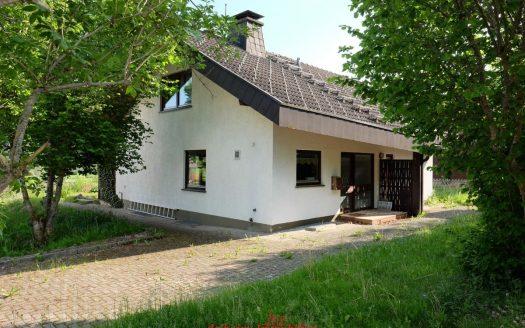 Wohnhaus im schöner Lage im Hochschwarzwald, Lenzkirch. Mit Wiesenfläche und Gartenhaus sowie Doppelgarage. 4-Zimmer. Ideal für Alterwohnsitz dank ebener Parkfläche oder eine kleine Familie.