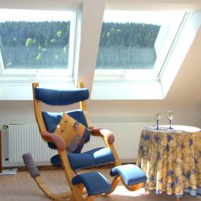sch ne 3 zimmer dachgeschoss etw mit aussicht in feldberg falkau da 39 hoim immobilien. Black Bedroom Furniture Sets. Home Design Ideas